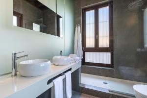A bathroom at Shine Albayzín