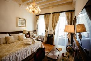 A bed or beds in a room at Heritage Hotel Cardo