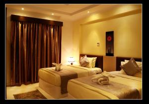 A bed or beds in a room at Al Sadarah Apartment Hotel