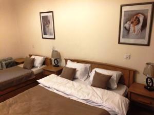 Uma área de estar em Nizami Street Apartment 66