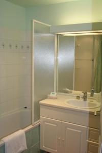 A bathroom at Le Clos Deauville Saint Gatien