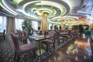 Un restaurante o sitio para comer en Ramada by Wyndham Kazan City Centre