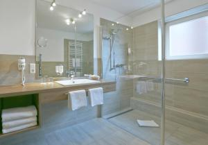 A bathroom at Upstalsboom Parkhotel