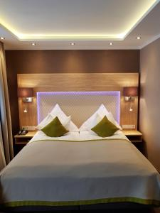 A bed or beds in a room at Apparthotel Garni Superior Simsseeblick