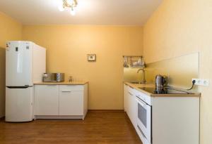 Кухня или мини-кухня в Апартаменты в центре Сочи с видом на море