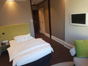 A bed or beds in a room at Insel-Hotel Heilbronn