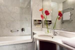 A bathroom at UNAHOTELS Mediterraneo Milano