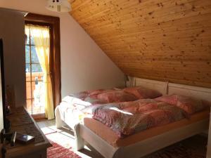 Postel nebo postele na pokoji v ubytování Rekreačný zrubový dom