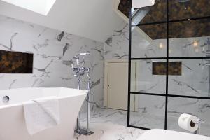 A bathroom at Fredrick's Hotel Restaurant Spa