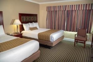 A bed or beds in a room at Sea Breeze Inn - San Simeon