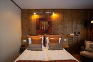 A bed or beds in a room at Flåmsbrygga Hotel