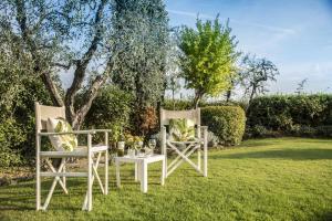 A garden outside Relais Santa Chiara Hotel