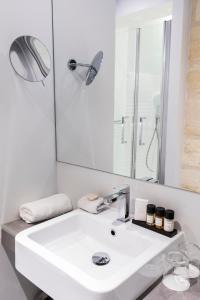 A bathroom at Hôtel La Cour Carrée Bordeaux Centre