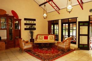 The lobby or reception area at OYO 604 Cemara's Homestay