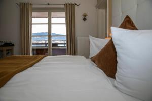 Кровать или кровати в номере Seehotel Luitpold