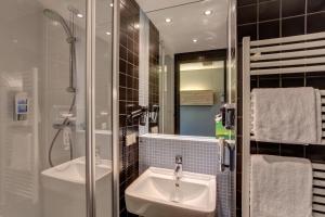 A bathroom at MEININGER Hotel Berlin Airport