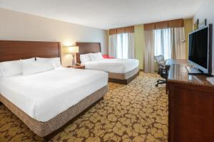 A bed or beds in a room at Hilton Garden Inn Pittsburgh University Place