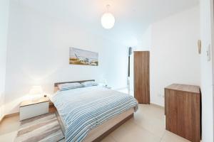 Un ou plusieurs lits dans un hébergement de l'établissement Bright 2 Bedroom Apartment - Free Wifi