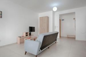 Télévision ou salle de divertissement dans l'établissement Bright 2 Bedroom Apartment - Free Wifi