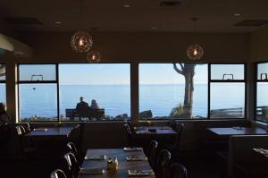 A restaurant or other place to eat at Driftwood Inn