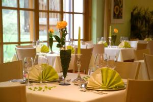 A restaurant or other place to eat at Alphotel Ettal