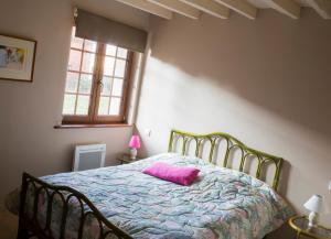 A bed or beds in a room at Gîte de La Ferme des Crins Blancs