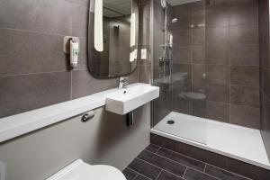 A bathroom at ibis Birmingham Centre Irving Street
