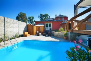Bazén v ubytování Pytloun Wellness Travel Hotel nebo v jeho okolí