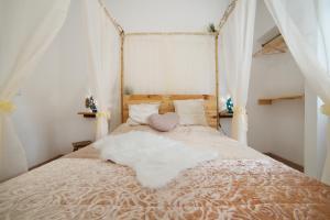 Uma cama ou camas num quarto em O Quintal Guesthouse