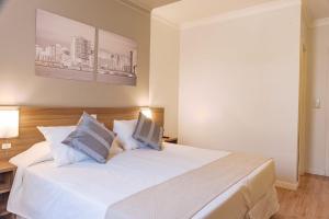 Cama ou camas em um quarto em Açores Premium- Aeroporto 15 minutos