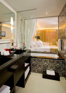 A bathroom at Hotel Colón Gran Meliá - The Leading Hotels of the World