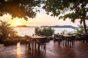 Ein Restaurant oder anderes Speiselokal in der Unterkunft Koh Mak Ao Kao White Sand Beach