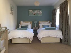 A bed or beds in a room at Bourton Croft Cottage