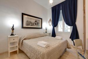 A bed or beds in a room at Faenza Apartment