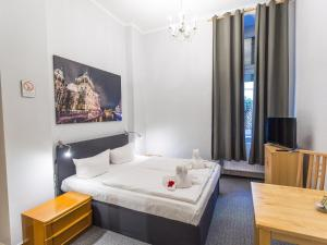 A bed or beds in a room at Pension Marie Prenzlauer Berg