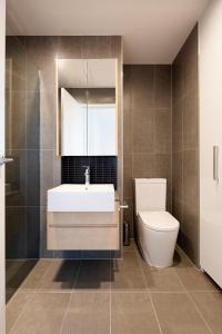A bathroom at Artel Apartment Hotel Melbourne