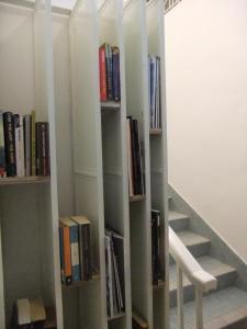 Die Bibliothek im Hostel