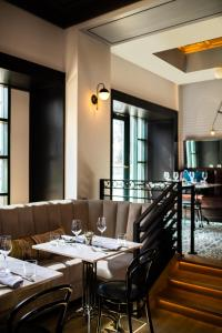 A restaurant or other place to eat at Renaissance Philadelphia Downtown Hotel