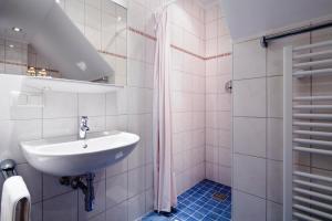 A bathroom at Euro Youth Hotel & Krone
