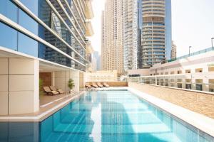 Het zwembad bij of vlak bij Barceló Residences Dubai Marina
