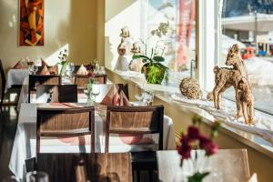 A restaurant or other place to eat at Hotel Restaurant La Furca