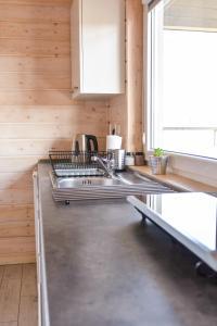 Kuchnia lub aneks kuchenny w obiekcie Domki Komfort całoroczne