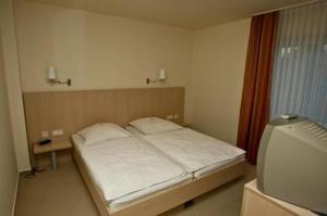 Ein Bett oder Betten in einem Zimmer der Unterkunft Hotel Manu