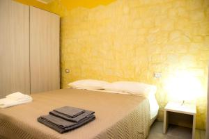 A bed or beds in a room at Le Stanze Del Centro
