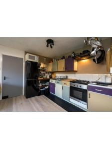 A kitchen or kitchenette at Central & homely balcony flat in Islington
