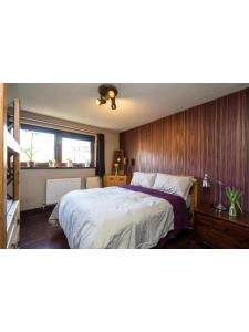 A bed or beds in a room at Central & homely balcony flat in Islington