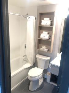 A bathroom at Microtel Inn by Wyndham Long Island City