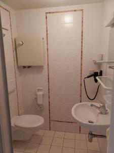 Ein Badezimmer in der Unterkunft Gästehäuser St. Marienthal