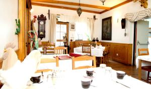 A restaurant or other place to eat at Zur Steirerstub'n