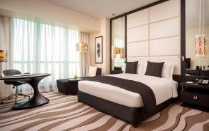 Кровать или кровати в номере Sofitel Abu Dhabi Corniche